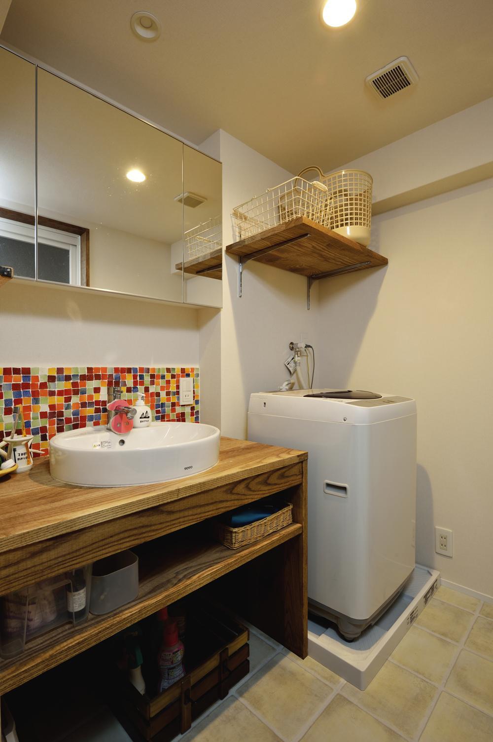 K邸・ビンテージマンションを自分色にの部屋 カラフルなタイルが印象的な洗面所