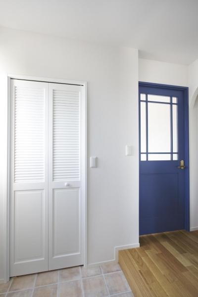 ナチュラルな明るい玄関 (S邸・二人のベビーのために、安心で快適な住まい)
