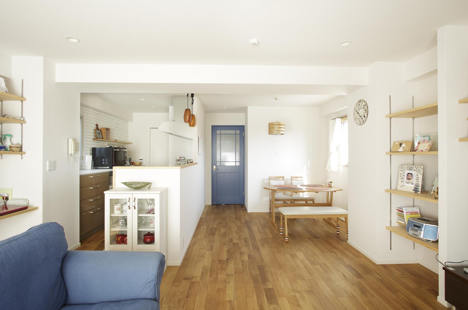 S邸・二人のベビーのために、安心で快適な住まいの部屋 リビング入口を見る