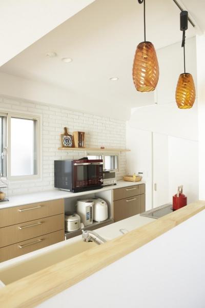 オープンな対面式キッチン (S邸・二人のベビーのために、安心で快適な住まい)