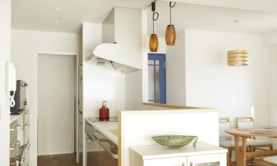 キッチン-奥に洗面室|S邸・二人のベビーのために、安心で快適な住まい