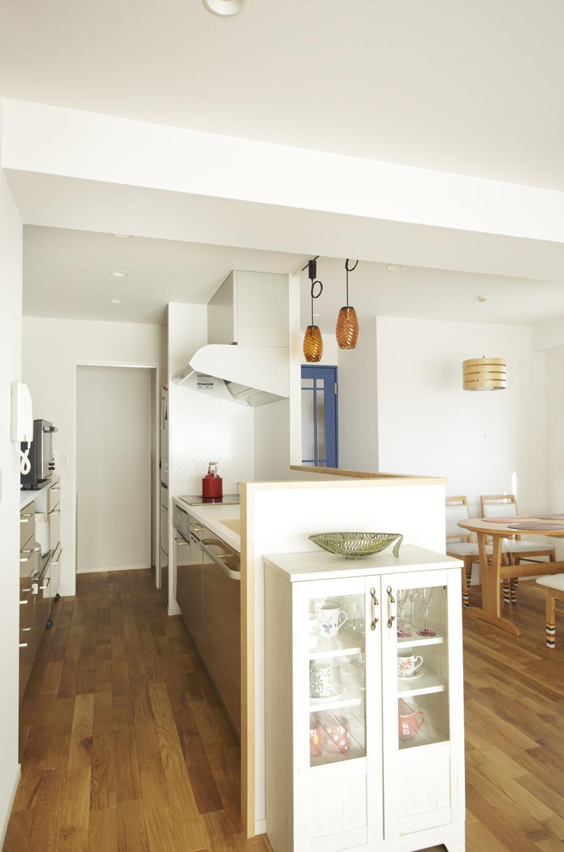 S邸・二人のベビーのために、安心で快適な住まいの部屋 キッチン-奥に洗面室
