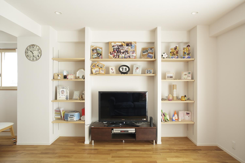 S邸・二人のベビーのために、安心で快適な住まいの部屋 TVまわりの造作収納棚