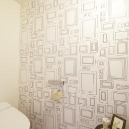 S邸・二人のベビーのために、安心で快適な住まい (柄入りアクセントクロスのトイレ)