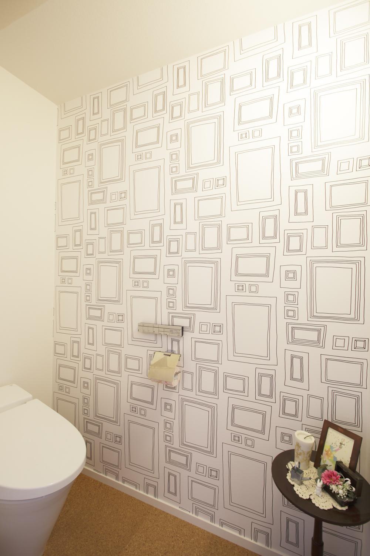 S邸・二人のベビーのために、安心で快適な住まいの部屋 柄入りアクセントクロスのトイレ