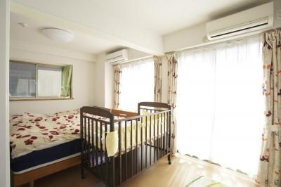 明るいベッドルーム (S邸・二人のベビーのために、安心で快適な住まい)