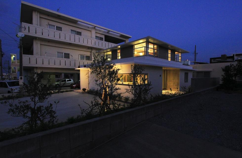 『木の下のマテリアル』柔らかさ、しなやかさをもつ住まいの写真 夜に映える温かな家外観