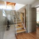 『木の下のマテリアル』柔らかさ、しなやかさをもつ住まいの写真 吹き抜け玄関土間と階段