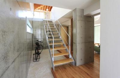 吹き抜け玄関土間と階段 (『木の下のマテリアル』柔らかさ、しなやかさをもつ住まい)