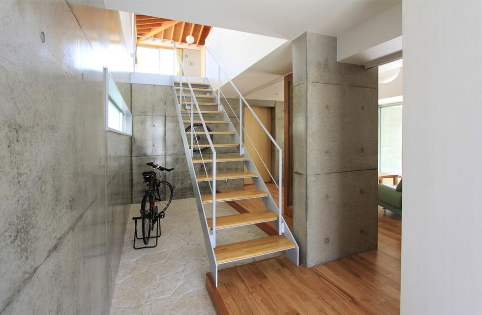 『木の下のマテリアル』柔らかさ、しなやかさをもつ住まい (吹き抜け玄関土間と階段)