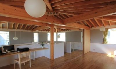 『木の下のマテリアル』柔らかさ、しなやかさをもつ住まい (2階ワークスペース・寝室)
