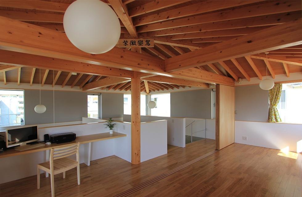 『木の下のマテリアル』柔らかさ、しなやかさをもつ住まいの写真 2階ワークスペース・寝室