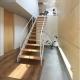 吹き抜けの玄関土間と階段 (『緑中の谷』屋上ジャグジーのある楽しい住まい)