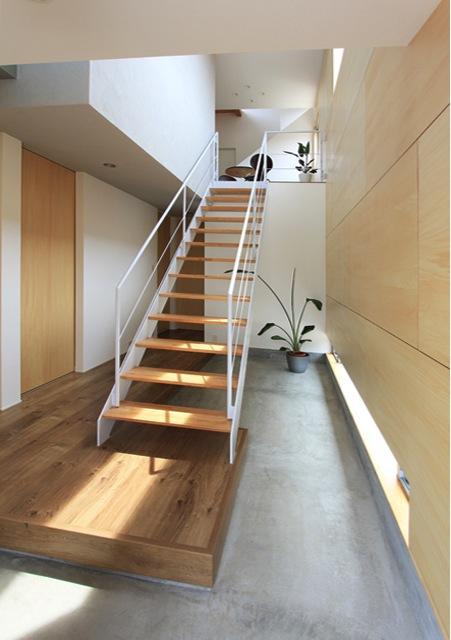『緑中の谷』屋上ジャグジーのある楽しい住まいの写真 吹き抜けの玄関土間と階段