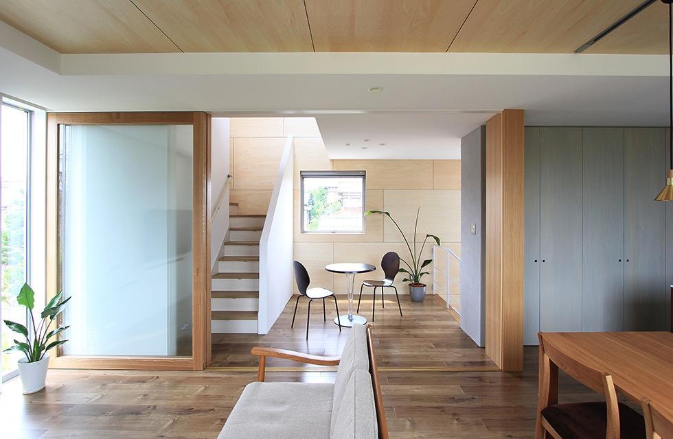 『緑中の谷』屋上ジャグジーのある楽しい住まいの写真 リビングより階段ホールを見る