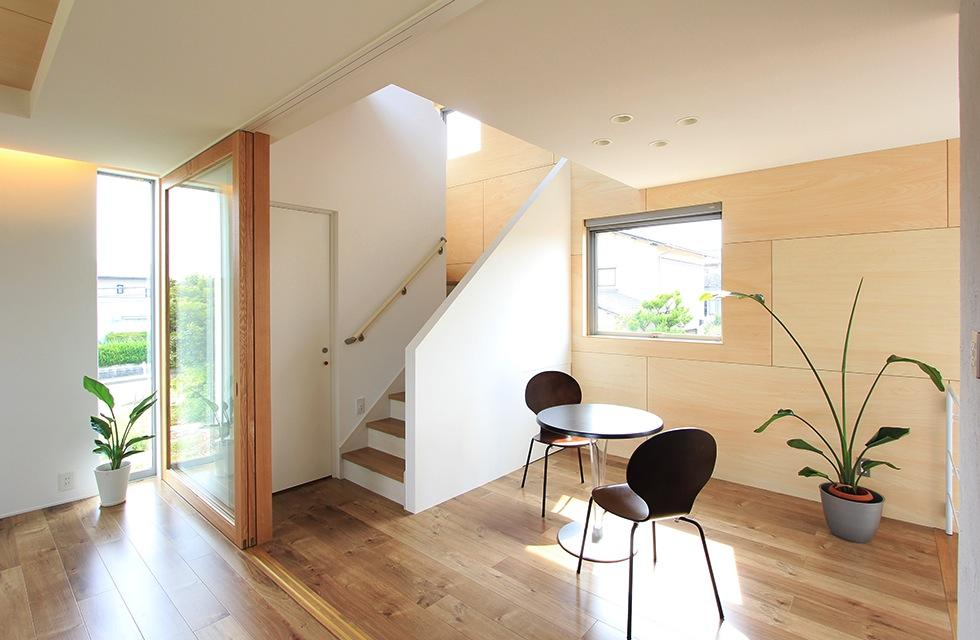 『緑中の谷』屋上ジャグジーのある楽しい住まいの写真 吹き抜けでつながる階段ホール