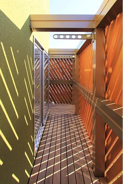 『緑中の谷』屋上ジャグジーのある楽しい住まいの部屋 プライバシー配慮のバルコニー