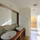『緑中の谷』屋上ジャグジーのある楽しい住まいの写真 2つのシンクが並ぶ洗面所