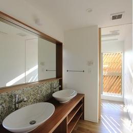 『緑中の谷』屋上ジャグジーのある楽しい住まい (2つのシンクが並ぶ洗面所)