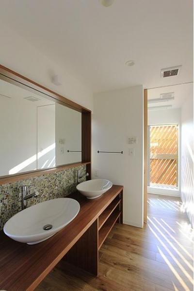 2つのシンクが並ぶ洗面所 (『緑中の谷』屋上ジャグジーのある楽しい住まい)