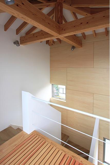 『緑中の谷』屋上ジャグジーのある楽しい住まいの写真 開放的な階段室