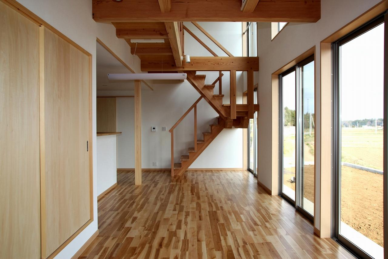 『水戸の家』家族をつなげる住まいの部屋 吹き抜けのリビングダイニング