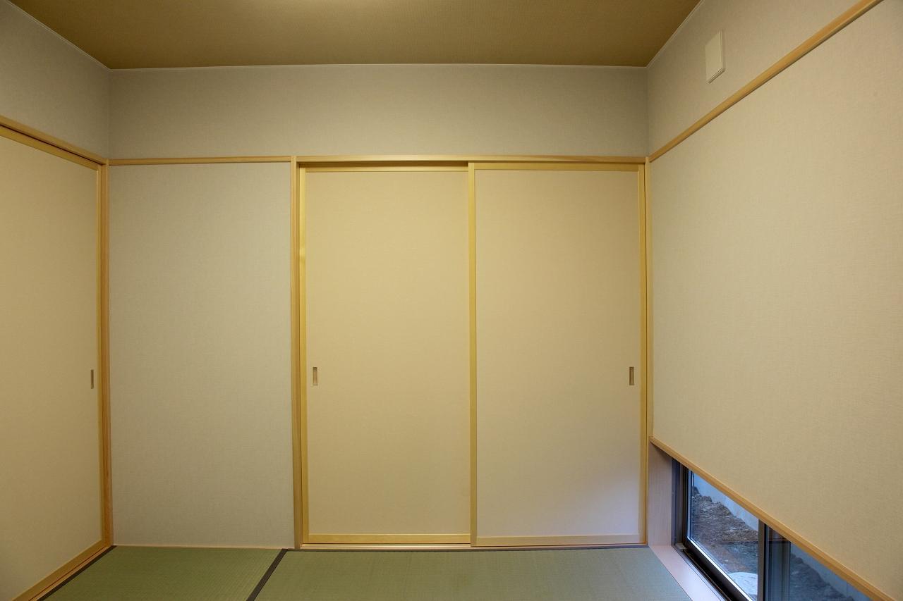 『水戸の家』家族をつなげる住まいの写真 地窓のある和室