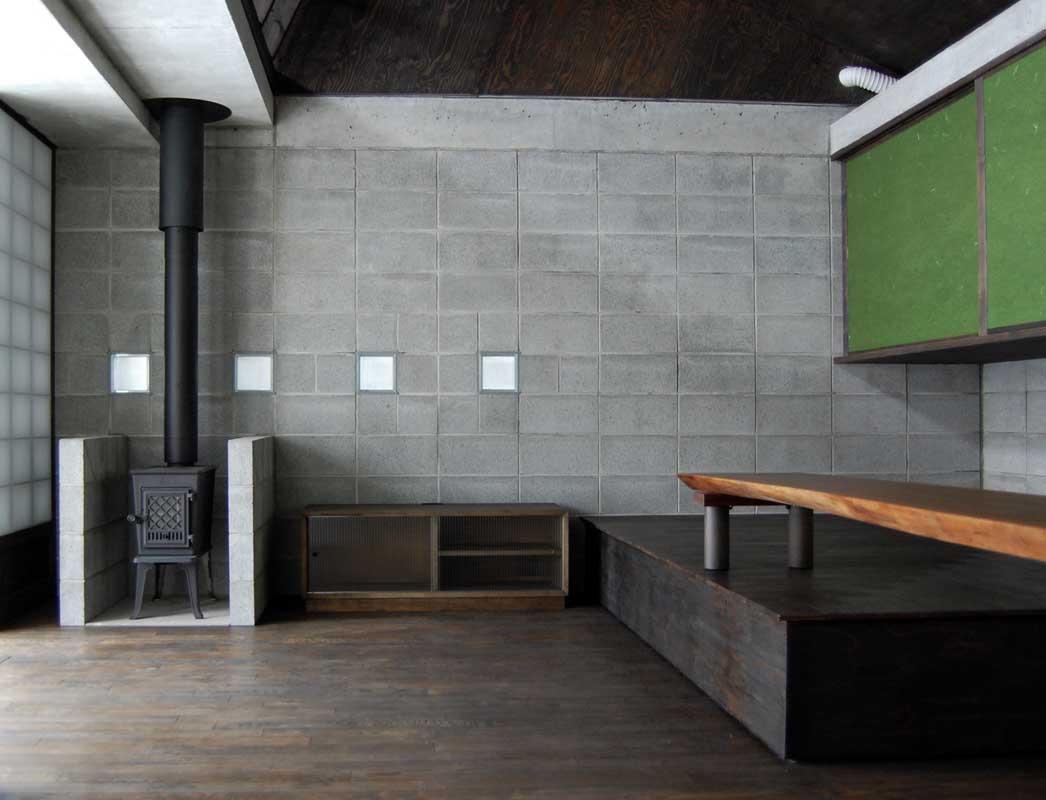 『小屋群住居K』新しさと昔懐かしさを併せもつ住まいの部屋 薪ストーブのあるリビング