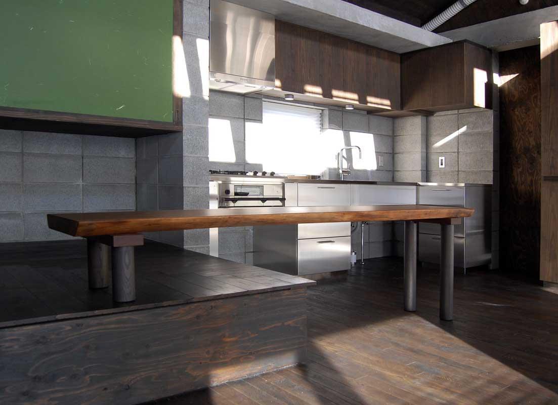 『小屋群住居K』新しさと昔懐かしさを併せもつ住まいの部屋 ブラックウォールナットのテーブル