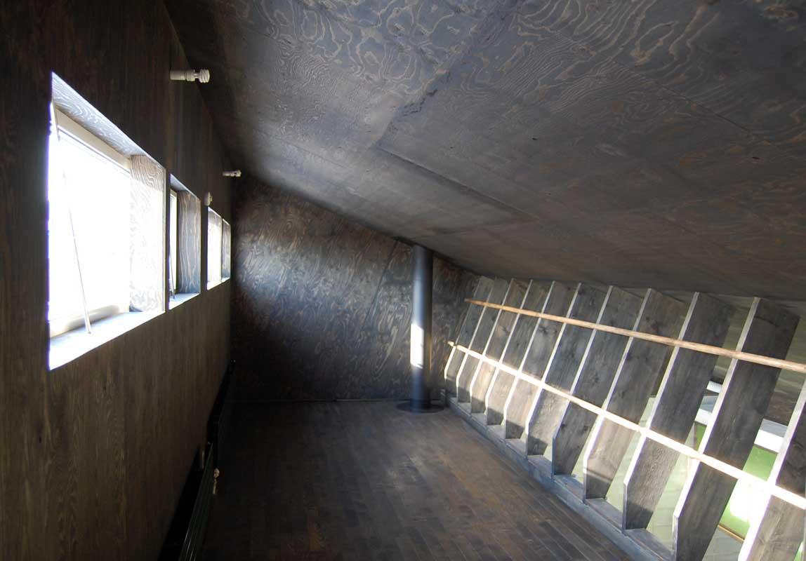 『小屋群住居K』新しさと昔懐かしさを併せもつ住まいの部屋 居間棟2階
