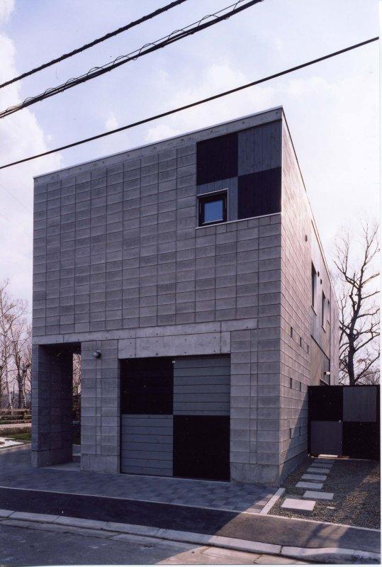 『グレイの家』景観を取り込む住まいの部屋 外断熱CB造の外観-1