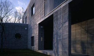 『グレイの家』景観を取り込む住まい (開放的な前庭)
