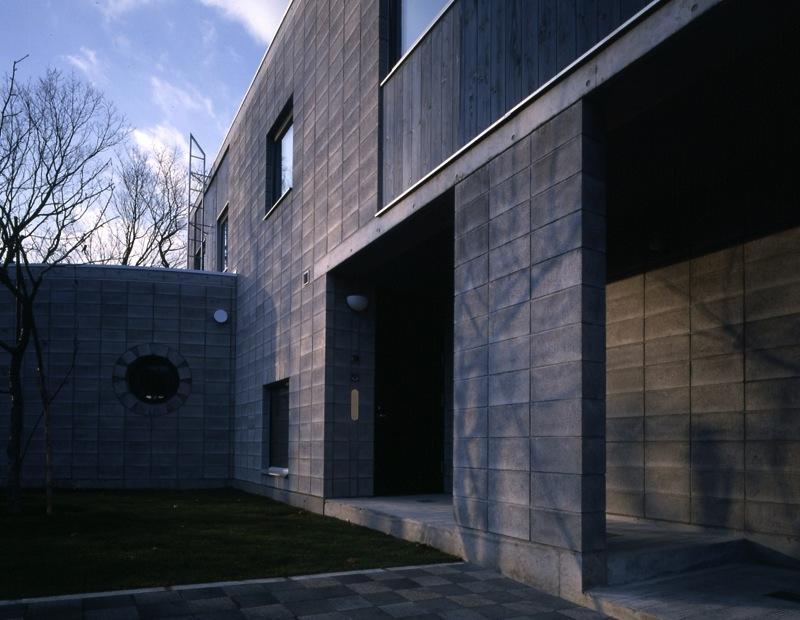 『グレイの家』景観を取り込む住まいの部屋 開放的な前庭