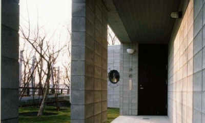 『グレイの家』景観を取り込む住まい (奥行きのある玄関アプローチ)