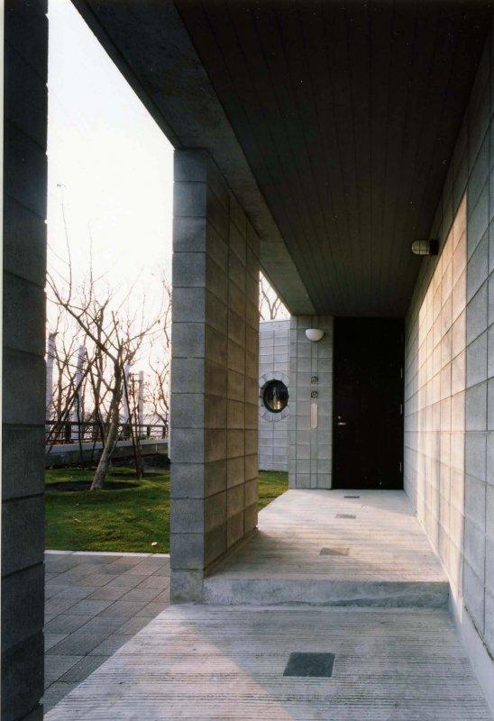 建築家:山之内裕一「『グレイの家』景観を取り込む住まい」