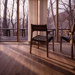 『グレイの家』景観を取り込む住まい