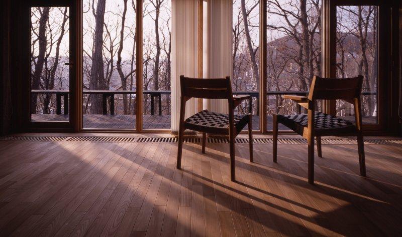 『グレイの家』景観を取り込む住まいの部屋 リビングより森を眺める
