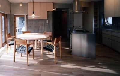 ダイニング・特注ステンレスキッチン (『グレイの家』景観を取り込む住まい)