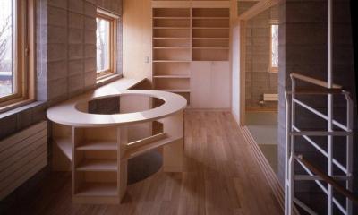 2階オープンスペース|『グレイの家』景観を取り込む住まい