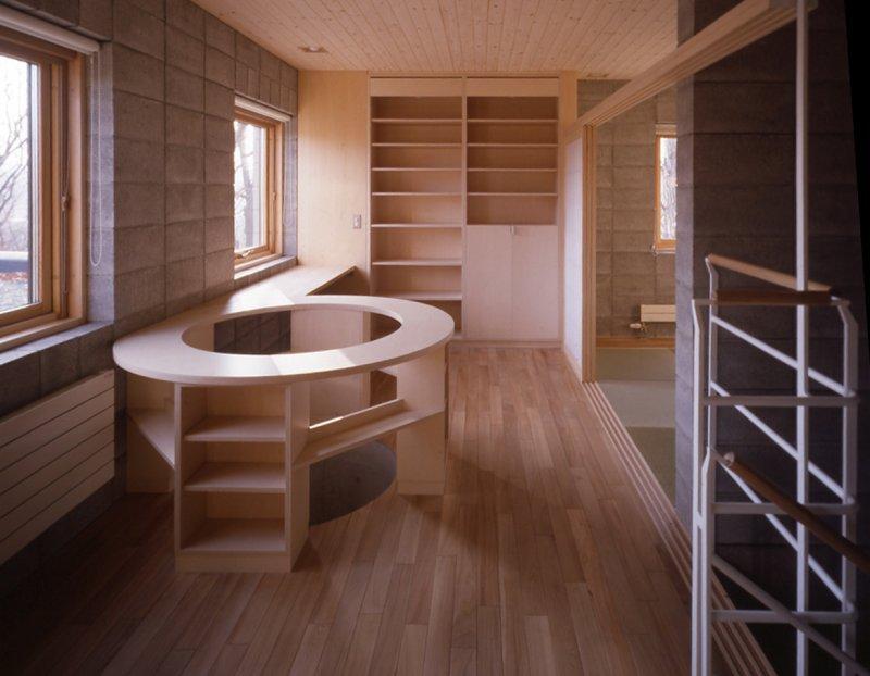 『グレイの家』景観を取り込む住まいの部屋 2階オープンスペース