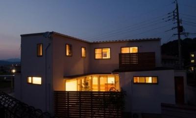 『西条の家』中庭のある家 (中庭側より見る外観-夜景)