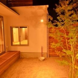 『西条の家』中庭のある家 (中庭-照明が演出する素敵な空間)