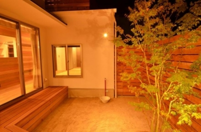 中庭-照明が演出する素敵な空間 (『西条の家』中庭のある家)