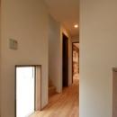 地窓が明るく迎える玄関ホール