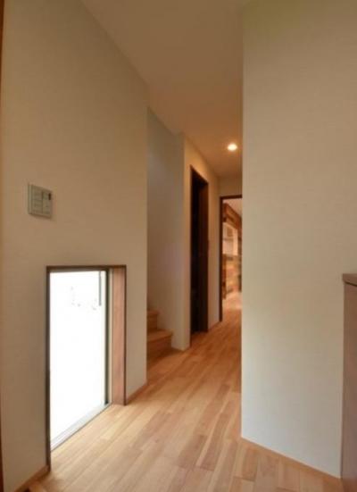 地窓が明るく迎える玄関ホール (『西条の家』中庭のある家)