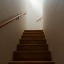 『西条の家』中庭のある家の写真 白い壁天井の階段室