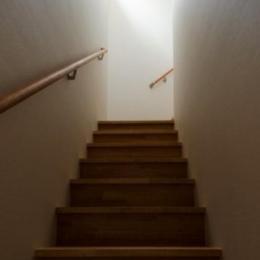 『西条の家』中庭のある家 (白い壁天井の階段室)