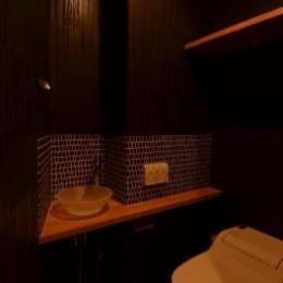 『西条の家』中庭のある家 (黒基調のシックなトイレ)