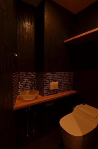 黒基調のシックなトイレ (『西条の家』中庭のある家)