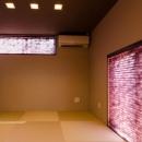 プリーツスクリーンと襖が印象的な和室